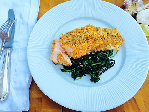 Salmon on plate with kale. Havsnø flaksalt, havsalt, sea salt flakes, Meersalzflocken